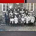 Une carte postale ancienne avec des airs de rentrée scolaire ! ou une photo de classe des années 1900 1920...