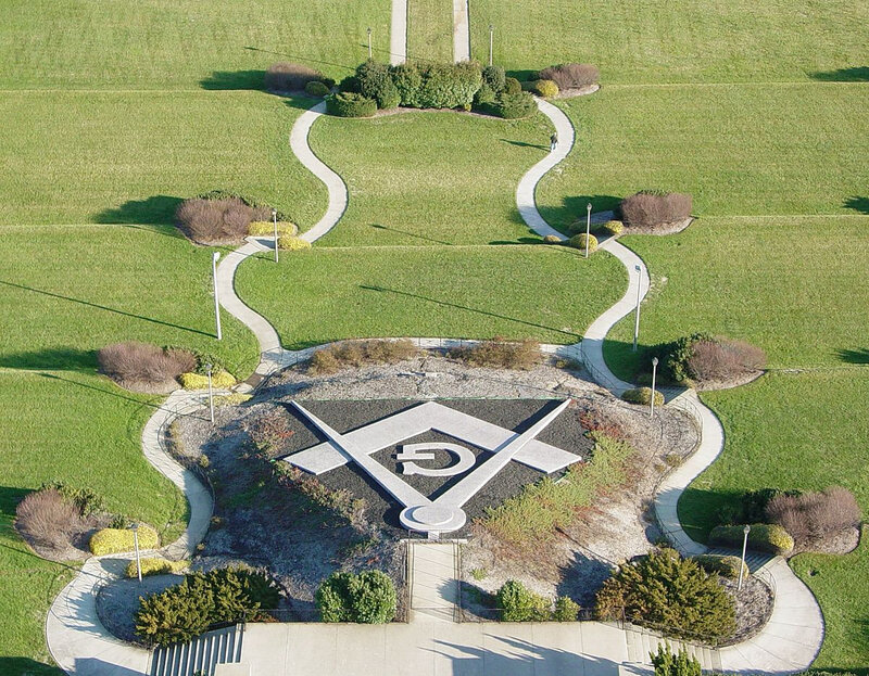 Square_and_Compasses_at_Masonic_Memorial_2