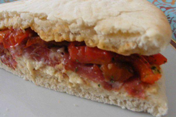 Sandwich à l'houmous, aux poivrons et à la copa