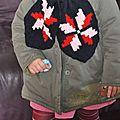 Une écharpe aux motifs islandais portée par le mannequin charlotte