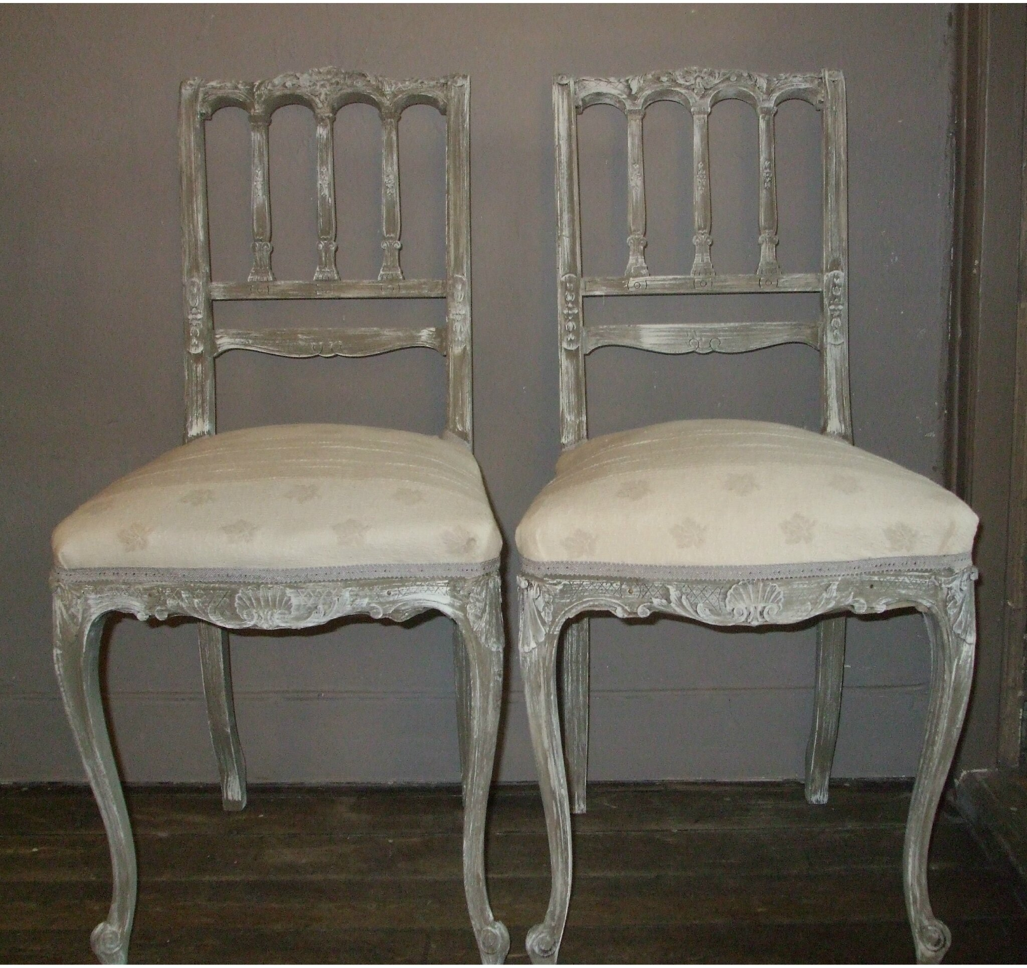 DEUX CHAISES LOUIS XIV PATINEES TAUPE VENDUES