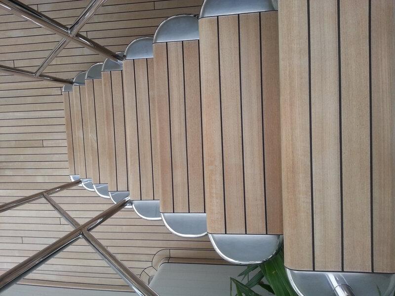 Les escaliers du Célestial Hope en bois, on pourrait en commander au Cameroun
