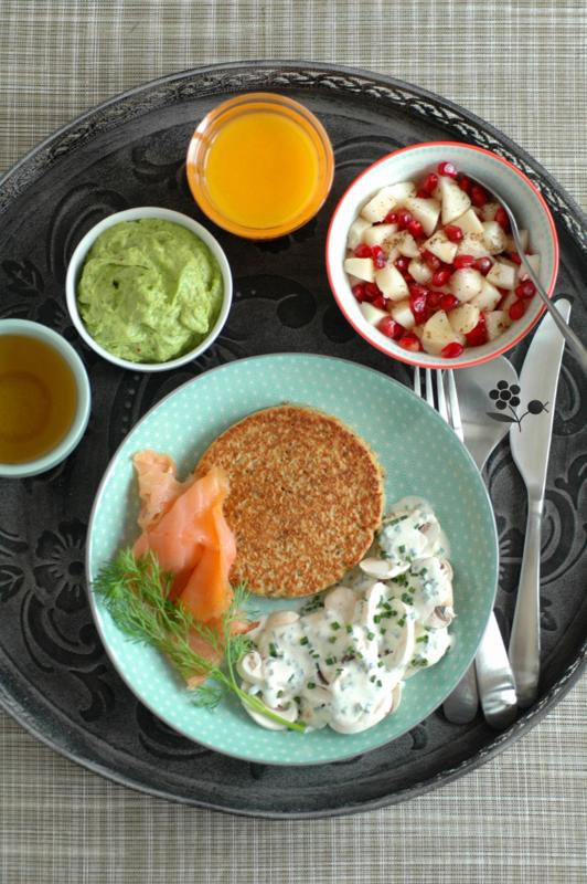 Plateau galette de flocons de céréales-sésame-salade du pêcheur, saumon fumé & guacamole, salade de champignons sauce crème & ciboulette, poire Nashi-arilles de grenade-vanille_1
