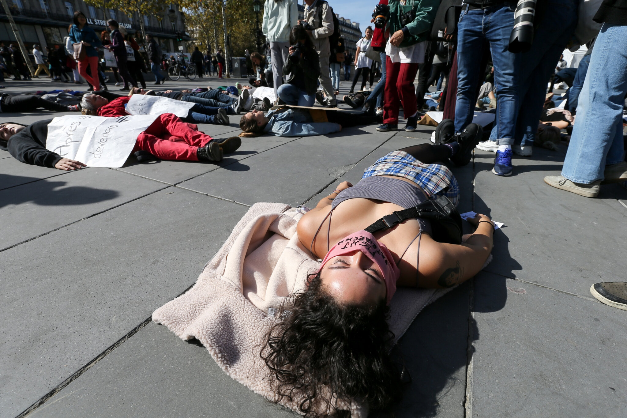 Die-In à Paris pour #MeToo. © Michel Stoupak. Sam 29.09.2018, 13h39m09.