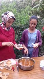 Farah prépare les sandwichs