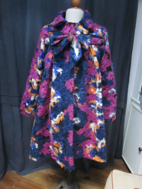 Manteau AGLAE en lainage polyester multicolore sur fond noir (2)