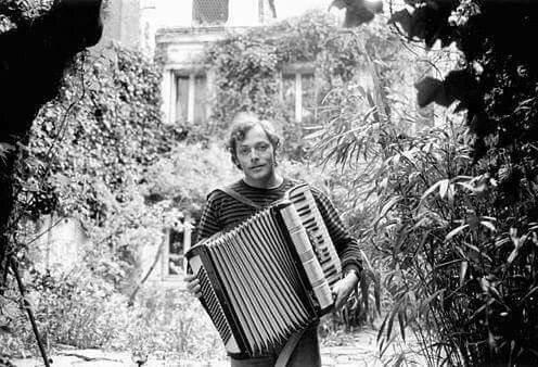 Patrick Dewaere dans son jardin à Paris en mai 1977 C Azoulay