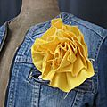 Broche fleur EVELYNE en lin jaune (3)
