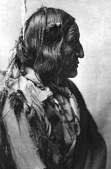 Little_Wolf_(Ó'kôhómôxháahketa_of_the_Cheyenne,_circa_1902)