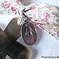 Croix de l'Immaculée rose (sur ruban Eloïse rose) détails