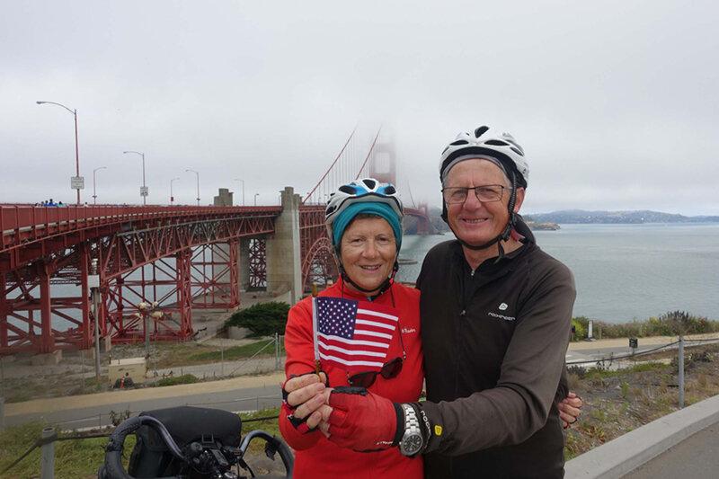 Jo et Huguette à San Francisco devant le Golden Gate Bridge en 2014.