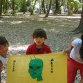 Fernanda, Camila y Brayan con su bandera de equipo