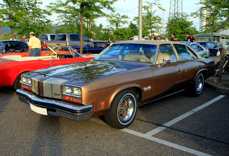 Oldsmobile_cutlass_salon_colonnade_4door_sedan_de_1976__Rencard_du_Burger_King_mai_2011__01