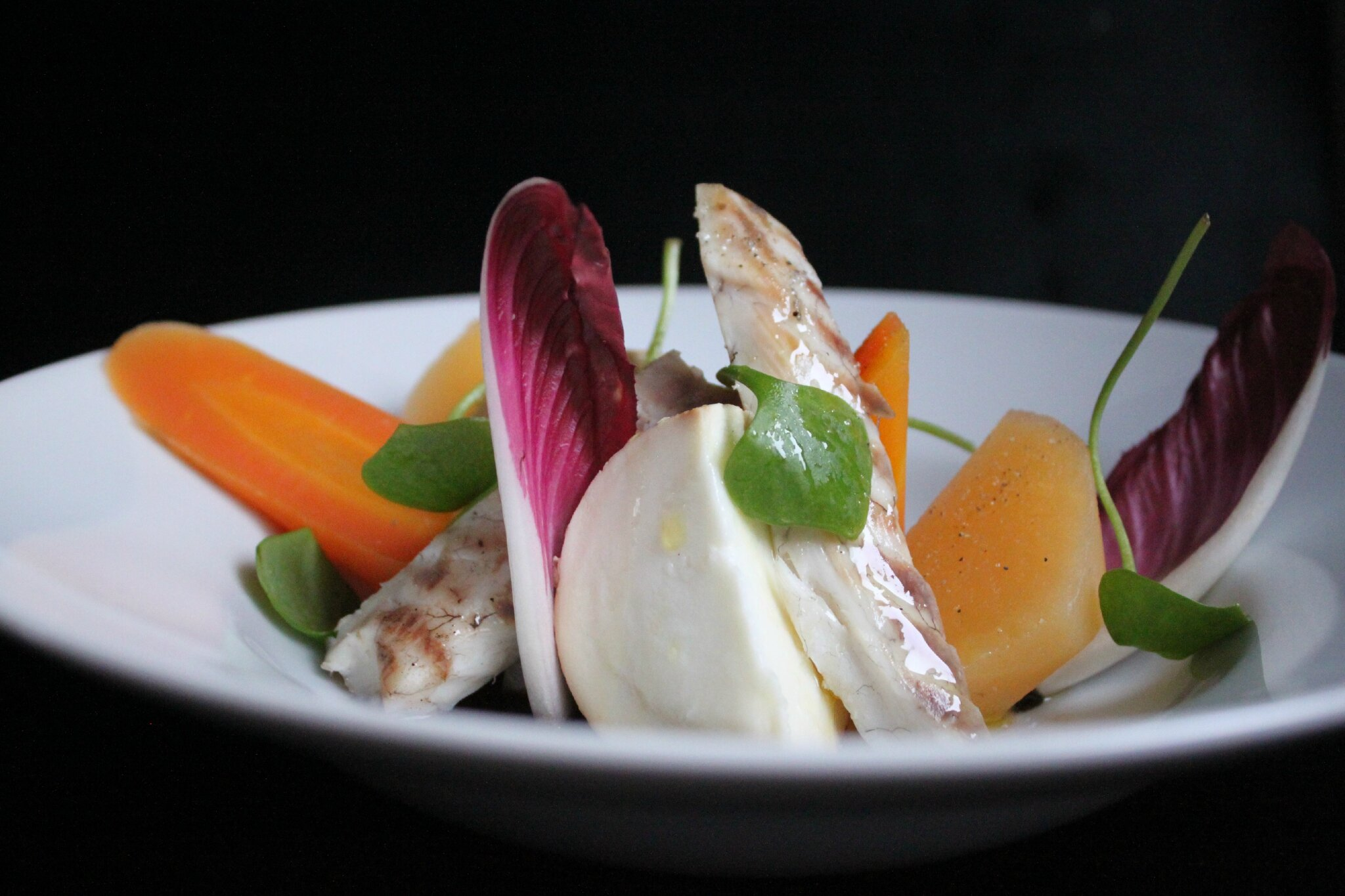 Salade de légumes tièdes au bar fumé et mozzarella fermentée dans du marc de café et café de gland de chêne