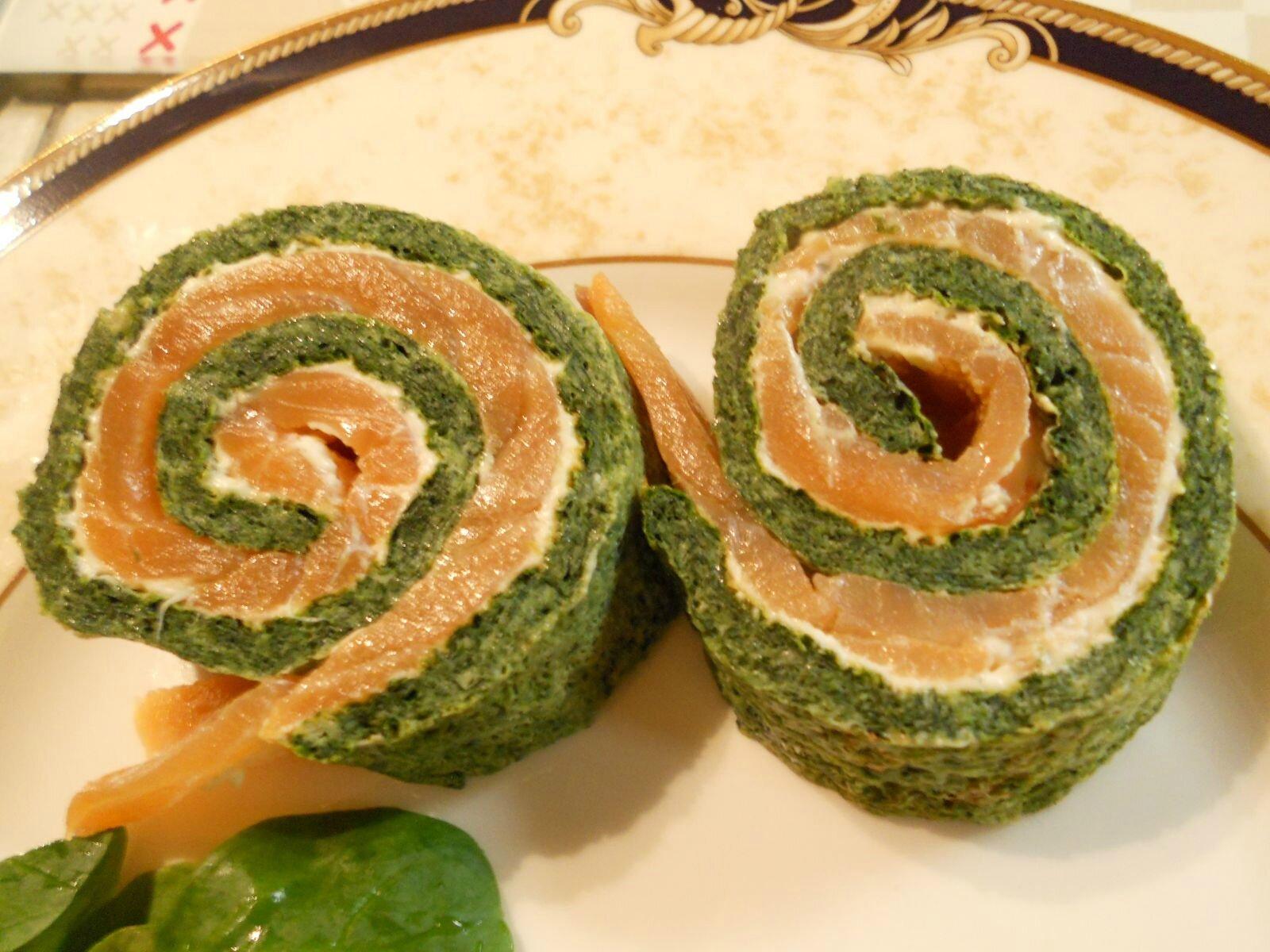 Roulé d'épinards, saumon fumé et fromage aux herbes