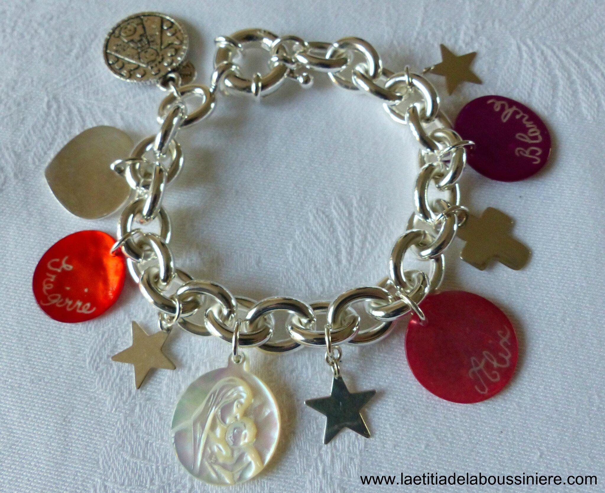 Bracelet sur chaîne plaqué argent ovale, médailles en nacre gravées, breloques en argent et médaille de la Vierge en nacre