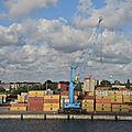 Klaipeda, vue sur le port depuis le ferry, container (Lituanie)