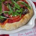 Pizza aux aubergines grillées, jambon de parme et roquette