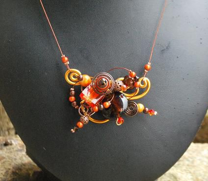 collier_sur_fils_orange_et_marron_18_euros