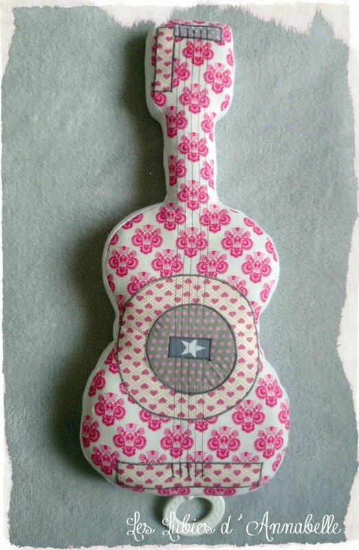 doudou-mobile-musical-guita coussin-guitare