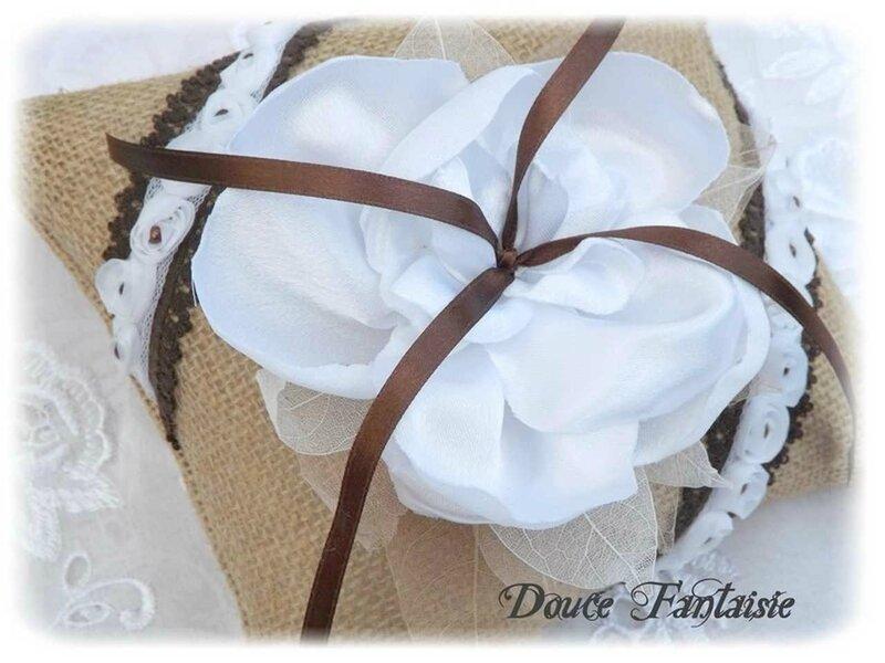 Coussin d'alliance toile de jute chocolat blanc mariage fait main