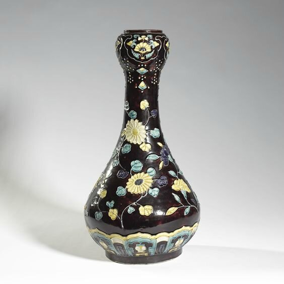 A large 'Fahua'-type garlic-head mouth vase, Ming-Qing dynasty