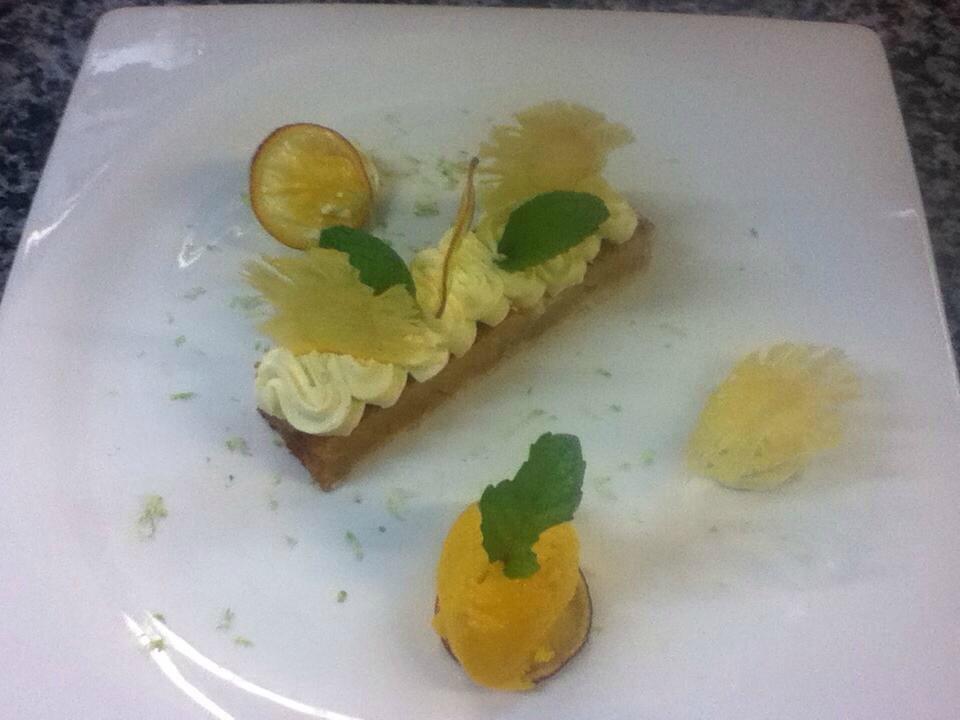 Crumble pomme ananas sur sa mousseline aux agrumes et son sorbet mangue1
