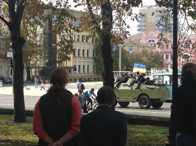 patrouille blindée dans les rues de Kharkov - 27.09.2014