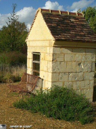 Banc adossé au puit (Jardin François - 61)