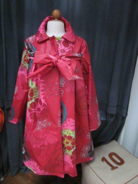 Ciré AGLAE en coton enduit rouge fleuri vert olive bleu pétrole et fushia fermé par un noeud dans le même tissu (2)