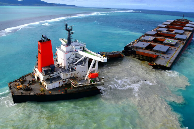 IMO_helping_to_mitigate_the_impacts_of_MV_Wakashio_oil_spill_in_Mauritius_-_50236896003 (auteur author imo