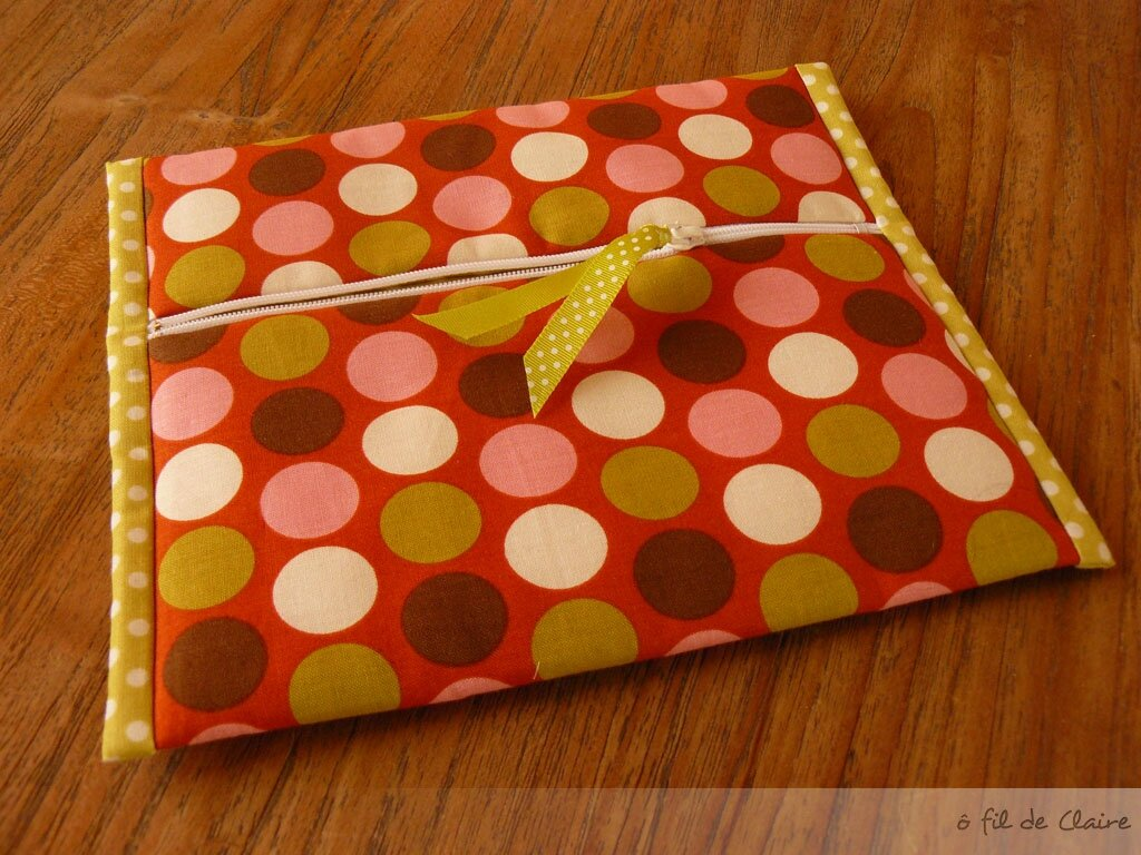 Trousse plate gros pois-pois verts