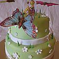 Gâteau fée et papillons dans la prairie