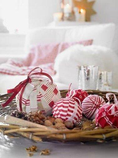 recup-boule-noel-faites-avec-ruban-tissu-rouge-et-blanc