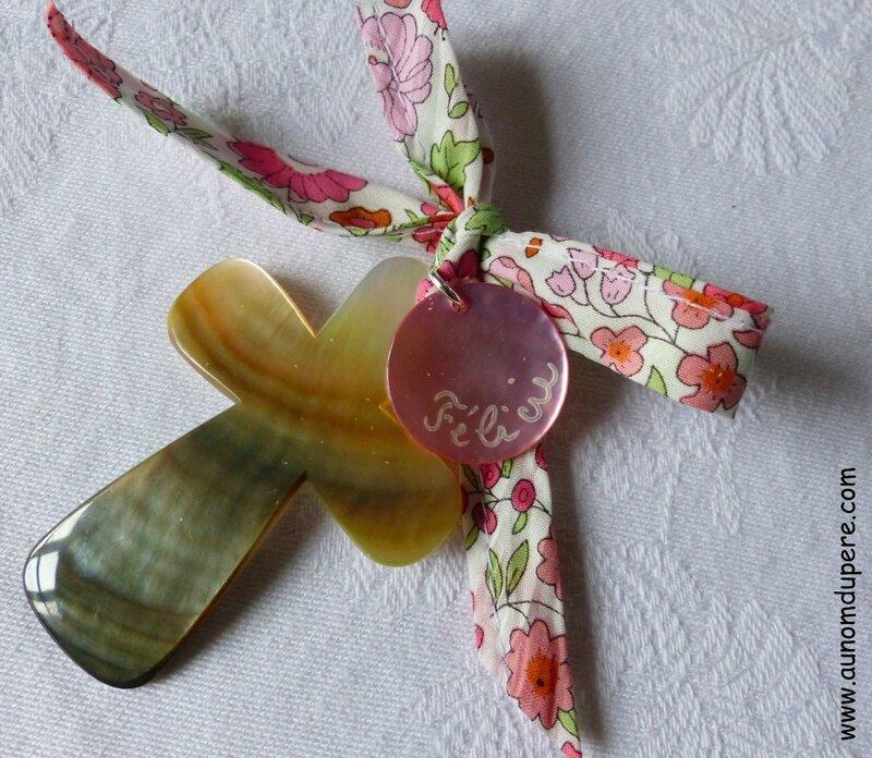Croix en nacre sur ruban Liberty d'Anjo rose, médaille en nacre rose clair gravée - 32 €