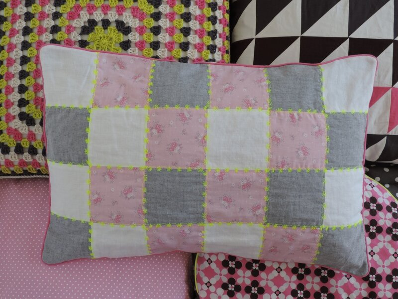 Coussin patchwork rose gris blanc