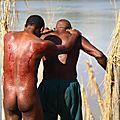 Papouasie nouvelle guinée : cérémonie des scarifications des hommes crocodiles du sepik
