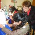 La Tía Raquel enseñando a coser a Lila