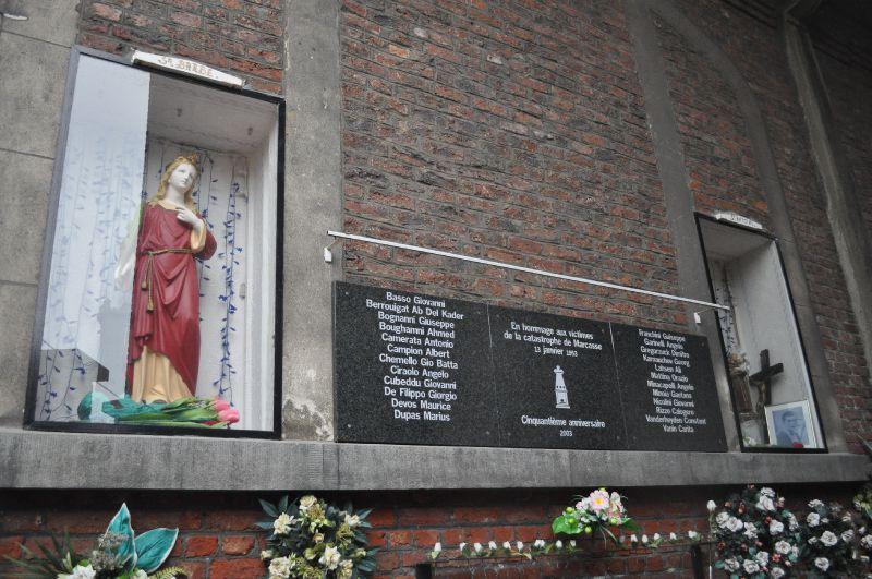 Marcasse - plaque avec statues