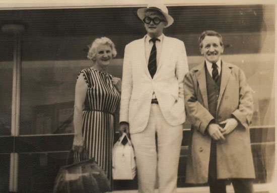 David-Hockney-with-parents-Laura-and-Kenneth-June-1967