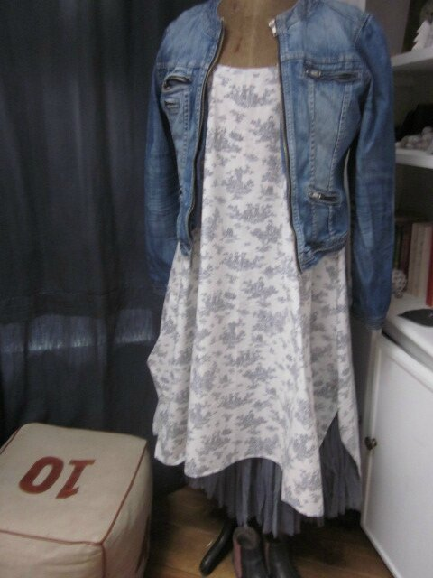 Robe EUPHRASIE en coton écru imprimé toile de Jouy gris (1)