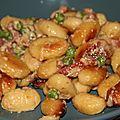Gnocchi rissoles aux petits pois, lardons fumes, noix et parmesan