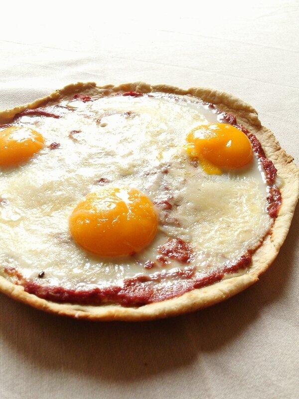 pizza piadina aux oeufs fromage et sauce tomates