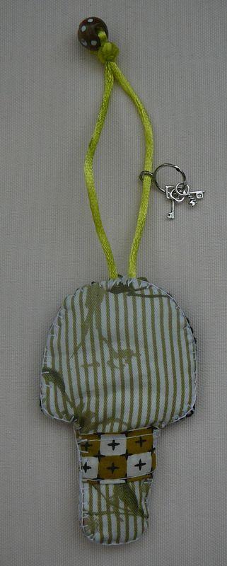Porte clefs Kokeshi verte (verso)