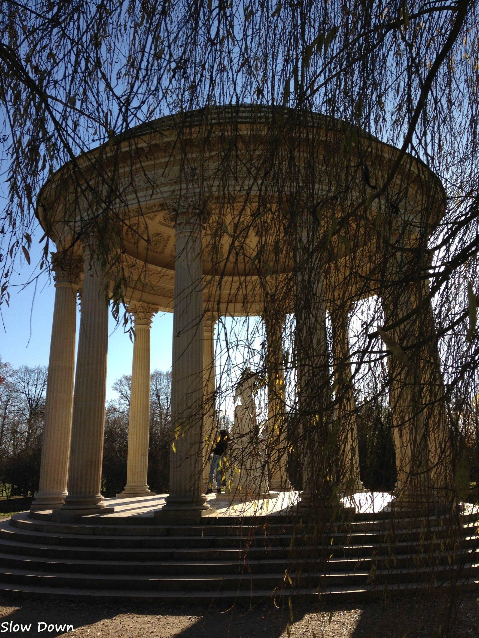 Temple de l'amour à travers les frondaisons