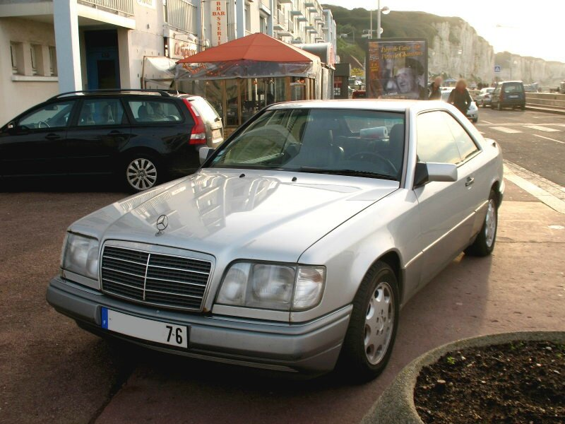 MercedesE220coupéC124av
