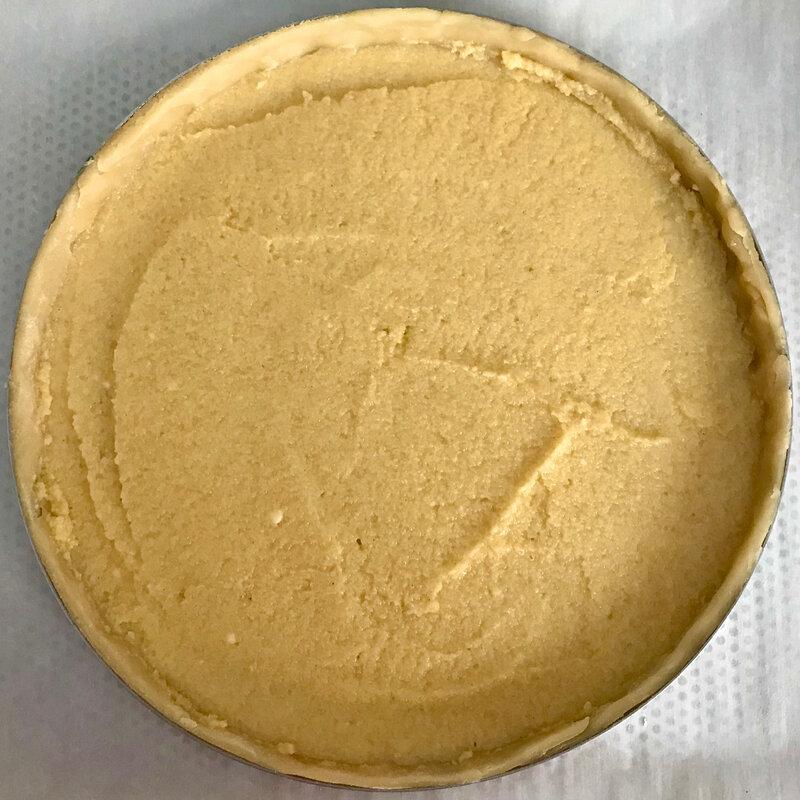 tarte à la rhubarbe macaronnée : étaler une fine couche de crème frangipane