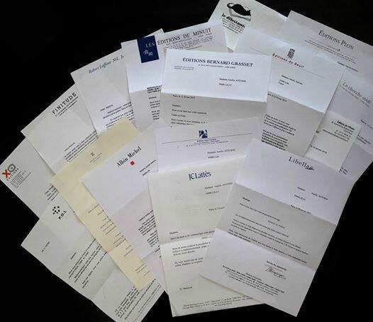 L'auteure Amélie Antoine partage une photo avec toutes ses lettres de refus d'éditeurs, appelant à ne pas baisser les bras