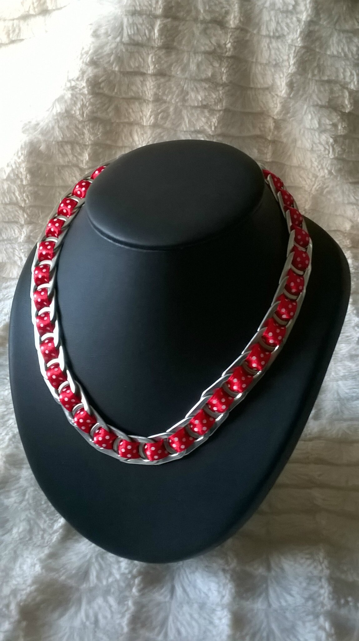collier ruban rouge petits poids blancs
