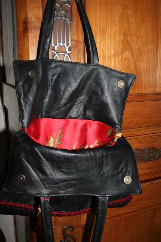 sac cuir chevreau noir intérieur tissu rouge